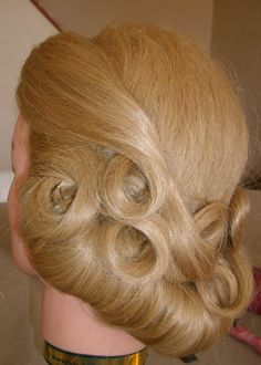 Vintage Hairstyles Curls This is a very pretty updo with some pin curls mixed in. I think it's a inspired hairstyle, but I'm not positive. Retro Updo, Vintage Updo, Vintage Glam, Curled Hairstyles, Headband Hairstyles, Vintage Hairstyles, Half Up Curls, Pin Curls, Prom Hair Updo Elegant