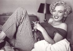 I absolutely love this pic of Marilyn! Its so raw and unguarded.more a look at Norma Jean rather than the character Marilyn Monroe Marylin Monroe, Marilyn Monroe Smoking, Fotos Marilyn Monroe, Marilyn Manson, Hollywood Glamour, Classic Hollywood, Old Hollywood, Hollywood Divas, Marilyn Monroe Cuadros