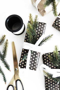 Kerstcadeau inpak ideeën, inspiratie voor kerstcadeau's. In eenvoudig zwart, wit en bruin. Leef je uit en pak je kerstcadeaus mooi in.