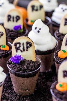 Ghosts in the Graveyard Dessert Shooters are a great Halloween Dessert! Ghosts in the Graveyard Dessert Shooters are a great Halloween Dessert! Ghosts in the Graveyard Dessert Shooters are a great Halloween Dessert! Halloween Desserts, Postres Halloween, Halloween Appetizers, Halloween Decorations, Halloween Chocolate, Yard Decorations, Halloween Cupcakes, Essen Halloween Party, Halloween Party Snacks
