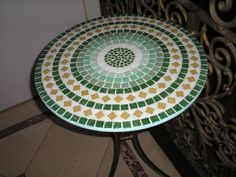 Atelier do Olivio: Tampo de mesa de 80 cm Mosaic Crafts, Mosaic Art, Mosaic Furniture, Stone Crafts, Circle Pattern, Mosaic Patterns, Art Decor, Beach Mat, Outdoor Blanket