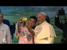 #PopeFrancis poses for a selfie - YouTube