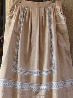 Delantales tradicionales realizados con telas de lino, combinando puntillas de diferentes estilos: valenciennes, bolillo, bordado y  vainicas hechas a mano