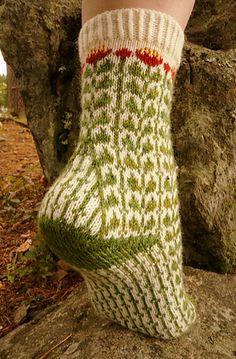 knitting socks Ravelry: Ruusujuuri pattern by Tiina Kuu Crochet Socks, Knit Or Crochet, Knitting Socks, Hand Knitting, Knitting Patterns, Crochet Patterns, Knitted Slippers, Knitting Machine, Vintage Knitting