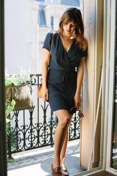 Vestido, de Jeanne Damas para La Redoute; bolso, de Chloé; mocasines, de Gucci; gafas de sol, de ZanZan y anillos, de Monsieur Paris.