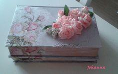een paar oude boeken, ik heb met een verfroller er een deco verf op gemaakt een servet en kant ,en wat roosjes opgelijmt