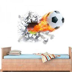 Een coole muursticker van een voetbal die zo door de muur lijkt te zijn gekomen. Leuk voor in de jongenskamer.