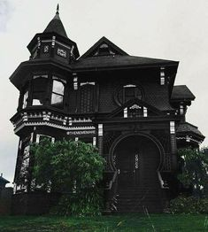 Holy Cow a black house it must be just waiting there for me to move in Unglaubliche Heilige Kuh, ein schwarzes Haus, es muss nur. Black House Exterior, Goth Home Decor, Gothic House, Gothic Mansion, Old Houses, Tiny Houses, My Dream Home, Dream Homes, Future House