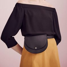 Never even occurred to me to put a fanny pack at my true waist. I guess that makes this one a true belt bag from Theory Spring 2016 Ready-to-Wear Fashion Show - waist bag It Bag, Womens Fashion Online, Latest Fashion For Women, Trendy Fashion, Fashion Outfits, Fashion Week, Street Fashion, Belts For Women, Clothes For Women