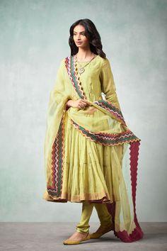 good earth stylish sustainable luxury retail goodearth in 792563234402730715 Pakistani Fashion Casual, Pakistani Dress Design, Pakistani Outfits, Indian Outfits, Indian Fashion, Stylish Dresses, Nice Dresses, Fashion Dresses, Fashion Wear