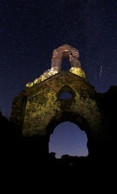 12/08/16. Meteoro cruza o céu acima de ruínas de uma igreja no Parque de Los Alcornocales, no vilarejo espanhol de La Sauceda. Chuva de meteoros foi melhor observada em regiões com menos luminosidade e pouca poluição.  Fotografia: Jon Nazca / Reuters.  https://noticias.uol.com.br/ciencia/album/2016/08/12/veja-imagens-da-chuva-de-meteoros-perseidas.htm#fotoNav=8