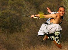 Volant dans les airs avec détermibation, ce moine Shaolin montre son courage au combat.