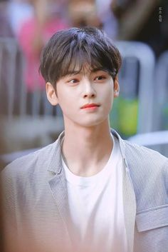 Lee dong min / Cha Eun Woo is so adorable in this picture he has such a great smile comment or repost if you know or think that you fell in love with him because of his smile(meow)😺 Astro Eunwoo, Cha Eunwoo Astro, Korean Celebrities, Korean Actors, Celebs, Lee Min Ho Songs, Kid Boy Haircuts, Kid Hairstyles, Park Jin Woo