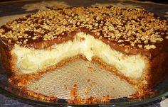 A Torta de Banana com Chocolate é deliciosa! Ela leva banana e queijo meia cura no recheio, além de castanhas na massa e na cobertura, que também conta com