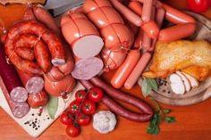 El consumo de carnes procesadas y carne roja promueve el desarrollo de cáncer.
