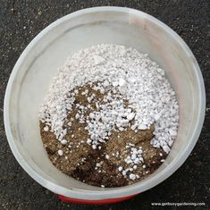 2- juntando   Três partes de terra para envazar 2 partes de areia 1 parte de perlite Quando você for fazer o substrato para aumente um pouco a quantidade de perlite.
