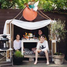 En un rien de temps, cabane en palette de bois et drap / Hut in wooden pallet and sheet