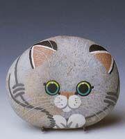 Muito lindo o gatinho pintado em pedra!                                                                                                                                                                                 More