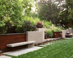 stützmauer im garten-beton holz-selber bauen-sitzgelegenheiten