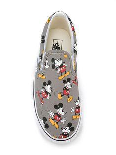 Compre Vans Tênis modelo 'Disney Classic Slip-On'.