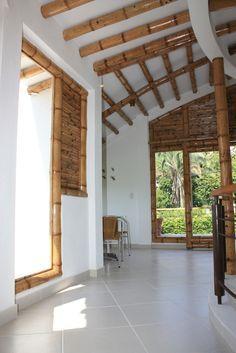Diseño y construcción de la Casa Calvo ubicada en el municipio del Carmen de Apicalá en el departamento del Tolima por Zuarq Arquitectos. Filipino Architecture, Bamboo Architecture, Architecture Design, Bamboo Building, Natural Building, Bamboo House Design, Mud House, Eco Buildings, Bamboo Construction