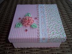 https://flic.kr/p/acke57 | Caixa Porta-treco | Caixa forrada com tecido, com sianinha, passa-fita e flor de crochê.