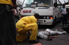 Hombre de 73 años es atropellado por microbús de la 42-B.  Socorristas de Comandos de Salvamento auxilian a un adulto mayor que resultó con graves lesiones tras ser golpeado por un microbús de la ruta 42 B este martes.  Foto: Comandos de Salvamento.