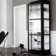 Glasvitrinen von Lindebjerg in schwarz lackiertem Holz.