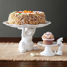 This is one irresistible, hard-working rabbit. Crafted from ceramic with a sophisticated antique white finish, he holds a charming scalloped cake stand—perfect for displaying your favorite sweet creation. We're confident that you and your guests will love him.