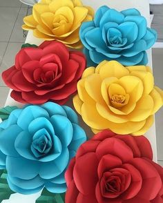 Whoever is inside the craft market knows: paper roses are very popular pieces. Paper Flower Decor, Crepe Paper Flowers, Paper Roses, Flower Crafts, Flower Decorations, Orange Paper, Floral Backdrop, Diy Birthday Decorations, Paper Artist