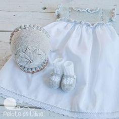 Vestidos/con conjuntos Crochet Fabric, Crochet Baby, Knitting For Kids, Baby Knitting, Crochet Dress Girl, Baby Layette, Baby Bonnets, Baby Cardigan, Knitted Dolls