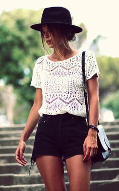 Casual Look - Top dentelle blanche, Short noir, Sac bandoulière cuir noir, Chapeau... Love it!!