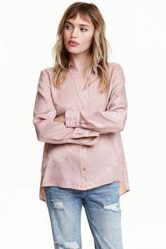Blusa de manga larga: Blusa de tela con canesú en la espalda, mangas largas, puños con botón y aberturas laterales. Espalda ligeramente más larga.