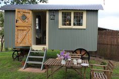 Buttercrambe Shepherd's Hut, Unique Glamping in Yorkshire, Natural Romantic Retreat