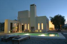 Casa Zambargo is een prachtige, moderne villa in het Andalusische platteland op de top van een heuvel met 360º uitzicht over de Guadalhorce Vallei en de Sierra de las Nieves in Andalusië. Het ontwerp van het huis is geïnspireerd door Marokkaanse en Mexicaanse architectuur.  Het huis beschikt over 3 ruime slaapkamers met eigen badkamer. Het is zeer geschikt voor een gezin met oudere kinderen of een kleinere groep van vrienden.