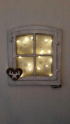 Altes Fenster- Haarspray, dann Zucker auf die Innenseite der Scheibe. Dann eine Lichterkette von hinten fixieren und vorne auf die Scheiben Sterne kleben. Supee Idee!
