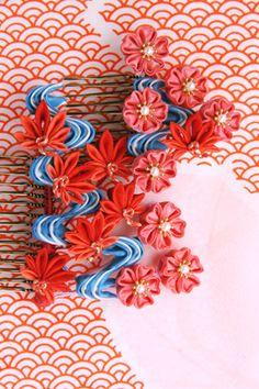 流水に紅葉と桜の髪飾りです。写真の下側の空間はオシャレな写真にするために入れています。嘘です。気付いたら全てこのような感じの写真になっていたため、仕方なくです。以前も流水のかんざしを作ったのですが、あの時はあまり上手く水の流れを表現できませ
