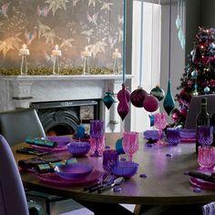 Otra opción que nos ha encantado es la de utilizar solamente cierta gama de colores. Por ejemplo, como podemos ver en esta mesa navideña, valiéndose de algunos adornos y, principalmente, de la vajilla, se hay utilizado violeta, lila, morado, rosa y turquesa.