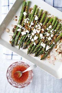 Paahdettua pistaasi-parsaa ja fetamuruja. Parsan maku tulee esiin loistavasti kun sen paahtaa uunissa. Kuorruta vihreät parsat rouhituilla pistaaseilla ja fetalla. Tarjoile paistos raikkaan vinaigrettekastikkeen kanssa!