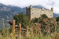 Il bel castello di Ussel che dall'alto del promontorio domina sulla cittadina di Châtillon in provincia di Aosta. B&B in provincia di Aosta qui  http://bedandbreakfast.place/it/bb-valle-d-aosta/aosta
