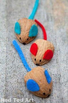 Lo que puede observarse a continuación son unos ratones realizados con la cáscara de nueces, alambre de colores y plastilina.