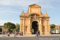 """Porta Galliera ao final da via dell'Indipendenza (o trajeto segue até o centro histórico da cidade) - """"A antiga e jovem Bologna – impossível não se apaixonar!"""" by @Alexandra Aranovich"""