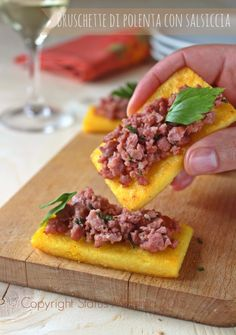 Bruschetta polenta with sausage Appetizer Buffet, Appetizer Recipes, Appetizers, Bruschetta, Diet Recipes, Cooking Recipes, Antipasto, I Love Food, Finger Foods