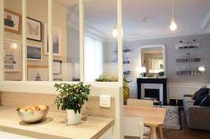 La cuisine, la salle à manger et le salon communiquent