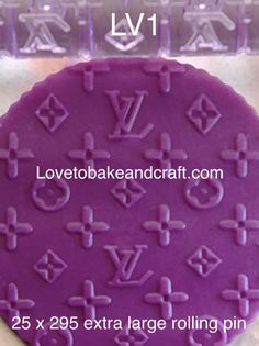 How to make a Louis Vuitton cake Louis Vuitton Cake, Fondant Molds, Cake Moulds, Cake Hacks, Baby Cake Topper, Cupcake Mold, Logo Cookies, Cake Stencil, Tool Cake