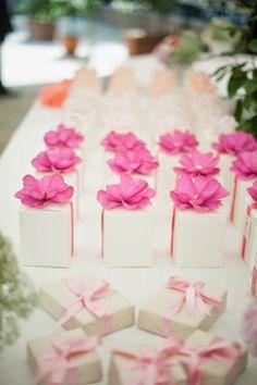 pink wedding favors // more on http://weddingwonderland.it/2014/11/matrimonio-country-shabby-chic.html