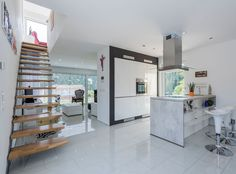 Offene Küche Bei Der Die Rückwärtige Küchenzeile Gleichzeitig Als Optische  Abtrennung Zum Wohnbereich Dient