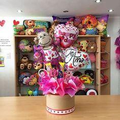 Disponible ✨ Candy Bar Bouquet, Gift Bouquet, Balloon Basket, Balloon Box, Balloon Arrangements, Balloon Centerpieces, Birthday Candy, Best Birthday Gifts, Homemade Valentines