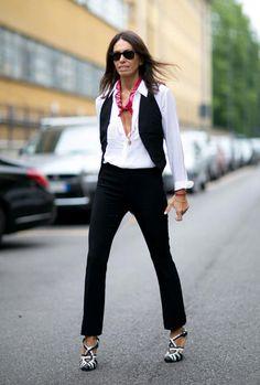 calça de alfaiataria, camisa branca, colete, lençø vermelho e sandália PB msravilhosa. Produção básica, mas muito interessante com truques simples de styling