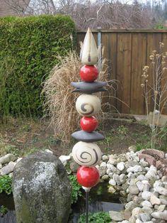 Außergewöhnliche Stele aus weißem,schwarzem Ton und rot glasierten Keramikteilen, hochgebrannt und damit frostfest. Die Stele besteht aus 9 Teilen und hat eine Gesamtlänge von ca 58 cm. Damit sie...